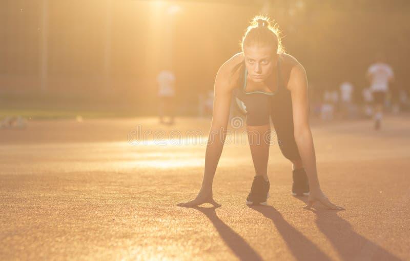 Θέση έναρξης εφήβων νέων κοριτσιών sprinter στοκ φωτογραφίες με δικαίωμα ελεύθερης χρήσης