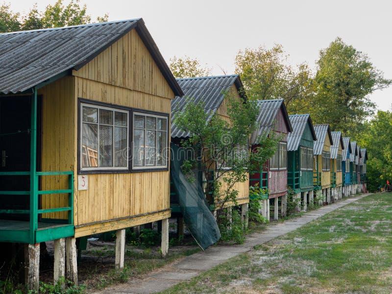 Θέση επαρχίας για την αναψυχή και τη ημέρα αδείας σειρά των μικρών πολυ χρωματισμένων σπιτιών στοκ εικόνες