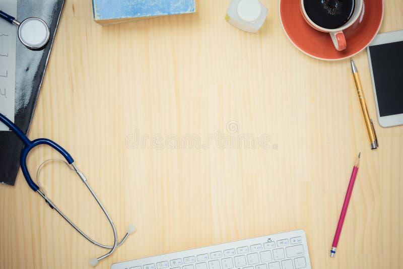 Θέση εργασίας γιατρών, τοπ άποψη του ξύλινου πίνακα στοκ εικόνα