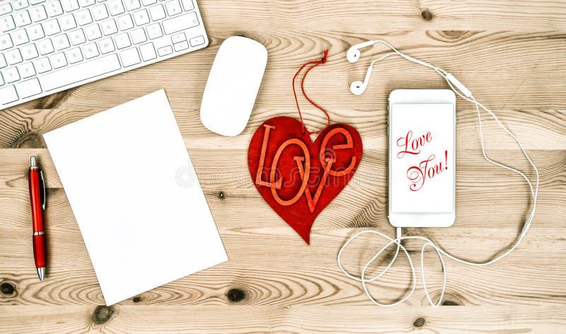 Θέση εργασίας γραφείων με την κόκκινη καρδιά κόκκινος αυξήθηκε τρισδιάστατη απομονωμένη εικόνες αγάπη ανασκόπησης άσπρη εσείς στοκ φωτογραφίες