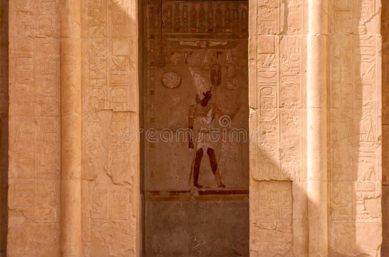 Θέση με την αιγυπτιακή τοιχογραφία Θεών που περιβάλλεται από τις πλούσιες hieroglyph γλυπτικές, ναός Hatsepsut, Luxor, Αίγυπτος στοκ εικόνες