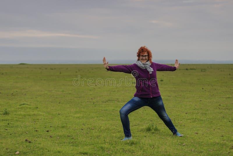 Θέση του Redhead γυναικών άσκησης πολεμιστή γιόγκας στοκ φωτογραφίες με δικαίωμα ελεύθερης χρήσης