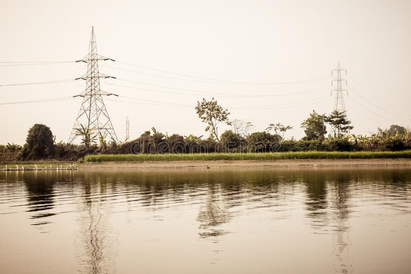 Θέση υψηλής τάσης του ηλεκτρικού πυλώνα ηλεκτρικής ενέργειας πύργων μετάδοσης, του δικτυωτού πλέγματος χάλυβα και της υπερυψωμένη στοκ εικόνες με δικαίωμα ελεύθερης χρήσης