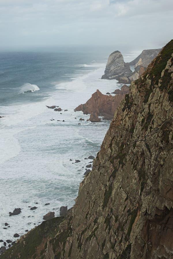 Θέση όπου η θάλασσα συναντά το έδαφος απότομοι βράχοι υψηλοί Μεγάλα κύματα και gusty άνεμοι Cabo DA Roca - βροχερή ημέρα στοκ εικόνες
