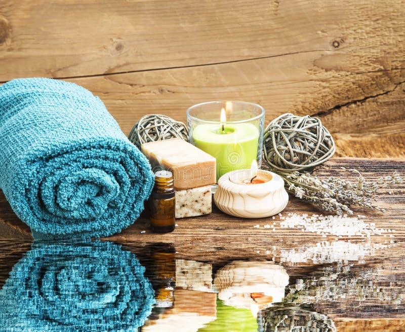 Θέτοντας αντανάκλαση νερού SPA και Wellness με τις πετσέτες, κερί, NA στοκ φωτογραφίες με δικαίωμα ελεύθερης χρήσης
