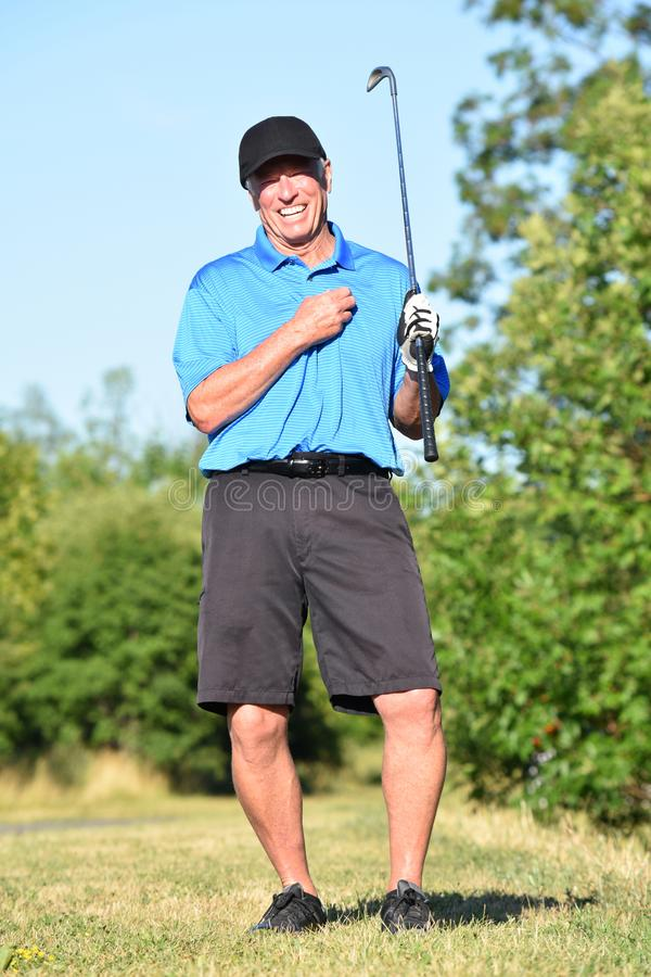 Θέτοντας αρσενικό αθλητικό άτομο παικτών γκολφ με το γκολφ κλαμπ στοκ φωτογραφία με δικαίωμα ελεύθερης χρήσης