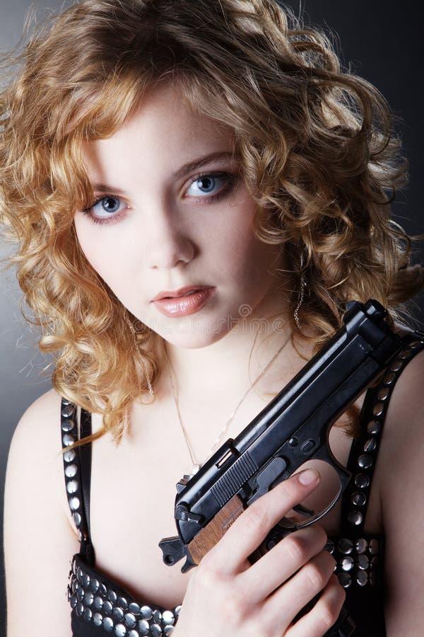 θέτοντας γυναίκα πυροβόλων όπλων στοκ φωτογραφίες με δικαίωμα ελεύθερης χρήσης