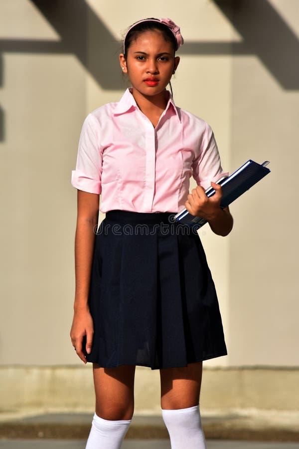 Θέτοντας νεανικός σπουδαστής κοριτσιών μειονότητας που φορά τη φούστα στοκ φωτογραφία
