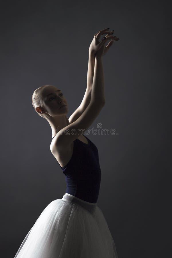 θέτοντας νεολαίες ballerina στοκ φωτογραφίες