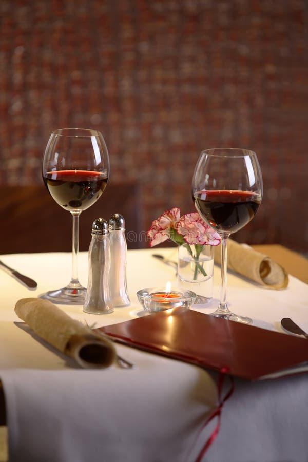 θέτοντας στον πίνακα δύο το κρασί στοκ φωτογραφία με δικαίωμα ελεύθερης χρήσης