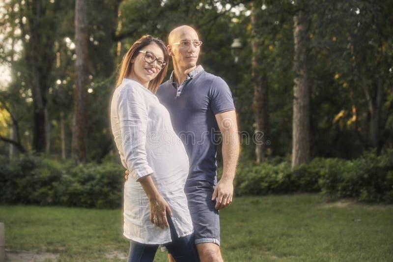 Θέτοντας υπερήφανο, βέβαιο νέο ζεύγος, που στέκεται μαζί στο πάρκο, στοκ φωτογραφία με δικαίωμα ελεύθερης χρήσης
