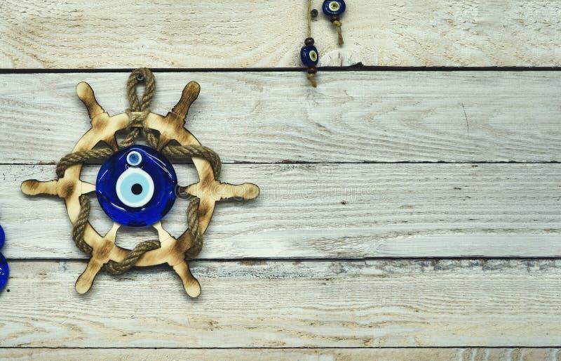 Θαλάσσια έννοια στο ξύλινο πάτωμα και την κακή χάντρα ματιών στοκ φωτογραφίες