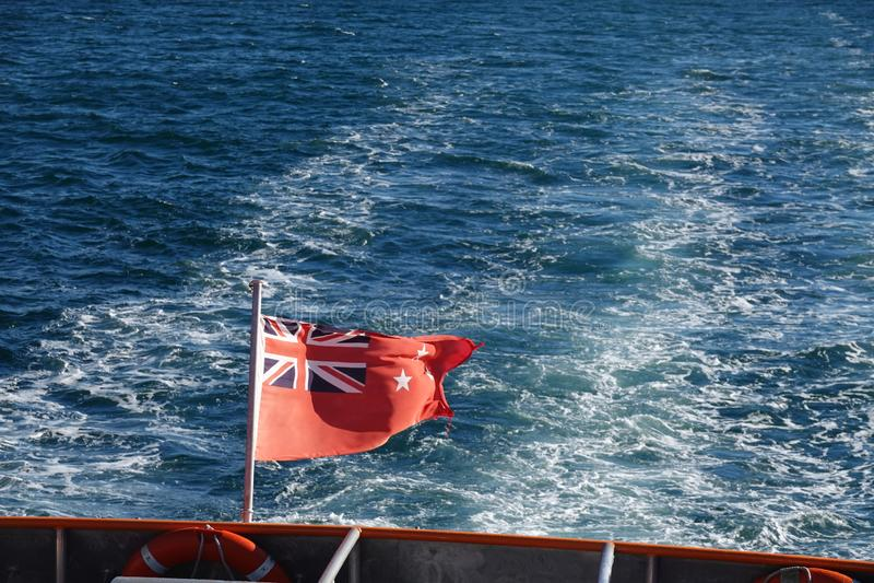 Θαλάσσια σημαία της Νέας Ζηλανδίας στη θάλασσα Tasman στοκ εικόνες