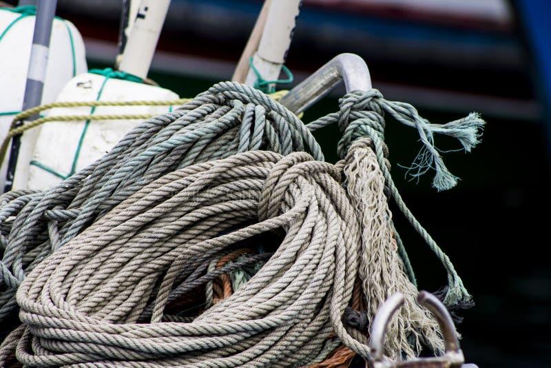 Θαλάσσια σχοινιά πέρα από το αλιευτικό σκάφος που δένεται στοκ φωτογραφία