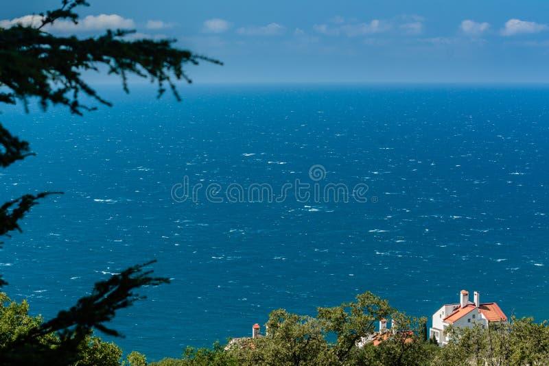 Θαλάσσιος κόλπος με το τυρκουάζ νερό και σωρείτης στον ουρανό στοκ εικόνες με δικαίωμα ελεύθερης χρήσης