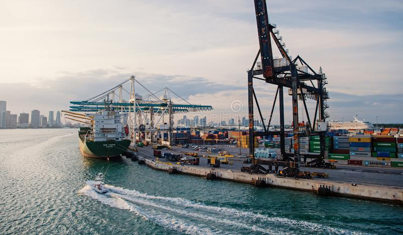 Θαλάσσιος λιμένας εμπορευματοκιβωτίων με το φορτηγό πλοίο, γερανοί Θαλάσσιος λιμένας, τερματικό ή αποβάθρα Φορτίο, ναυτιλία, παρά στοκ φωτογραφίες