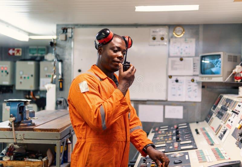 Θαλάσσιος μηχανικών πλοίων που εργάζεται στο μηχανοστάσιο στοκ φωτογραφία με δικαίωμα ελεύθερης χρήσης