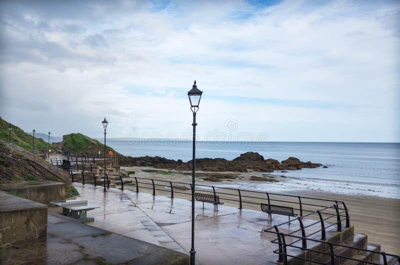 Θαλάσσιος περίπατος κατά μήκος της Cornish ακτής στο χωριό Looe στοκ εικόνα