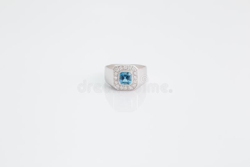 Θαλάσσιος πολύτιμος λίθος Aqua με το δαχτυλίδι διαμαντιών στοκ φωτογραφίες