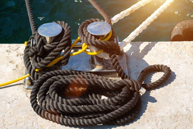 Θαλάσσιο καλώδιο πρόσδεσης στην αποβάθρα στοκ φωτογραφία με δικαίωμα ελεύθερης χρήσης