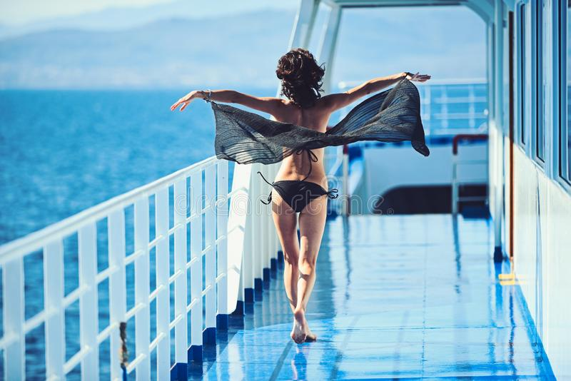 Θαλάσσιο ταξίδι ταξιδιού και βαρκών Η μόδα και η ομορφιά κοιτάζουν Κορίτσι στο κατάστρωμα πλοίων στο μαγιό μόδας Θερινές διακοπές στοκ εικόνες με δικαίωμα ελεύθερης χρήσης