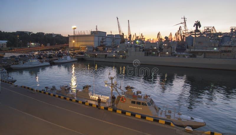 Θαλάσσιο τερματικό επιβατών, πολεμικά πλοία στη θαλάσσια αύρα, ασκήσεις στο λιμένα Οδησσός, Ουκρανία της Οδησσός - τον Ιούλιο του στοκ φωτογραφίες