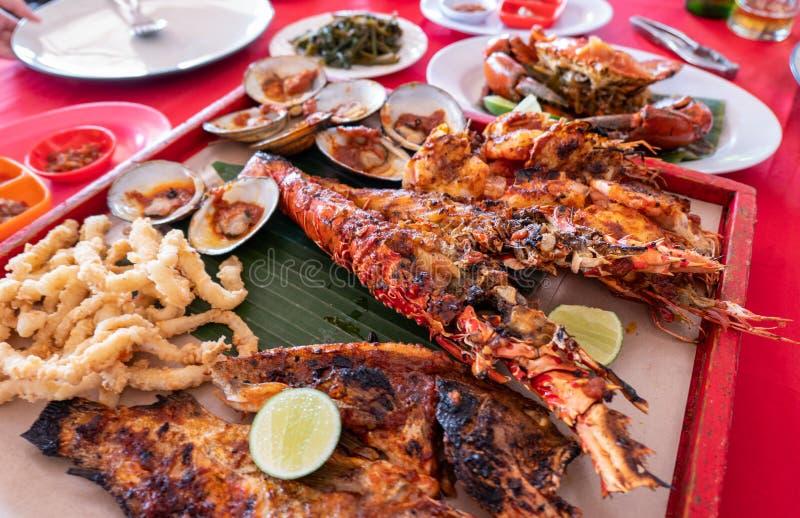 Θαλασσινά που τίθενται με τον αστακό, καβούρι, ψάρια, γαρίδες, οστρακόδερμα στο woode στοκ εικόνες με δικαίωμα ελεύθερης χρήσης