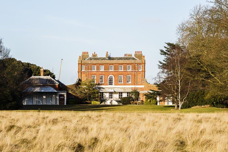Θαμνώδες σπίτι, μεγάλο μέγαρο στο θαμνώδες πάρκο, UK στοκ φωτογραφία με δικαίωμα ελεύθερης χρήσης