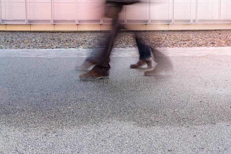 Θαμπάδα κινήσεων δύο ζευγαριών των ποδιών στοκ εικόνες