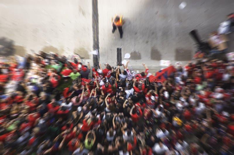 Θαμπάδα κινήσεων ενός πλήθους των ανεμιστήρων ενθαρρυντικών κατά τη διάρκεια μιας παρέλασης που γιορτάζει τη νίκη φλυτζανιών του  στοκ εικόνες με δικαίωμα ελεύθερης χρήσης