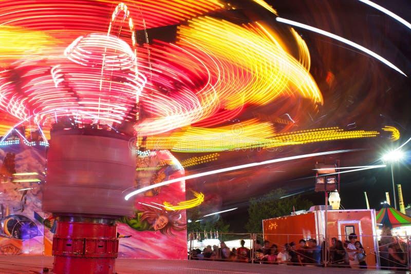 Θαμπάδα κινήσεων να ραβδώσει τα φω'τα από το γρήγορα κινούμενο γύρο καρναβαλιού στοκ εικόνες με δικαίωμα ελεύθερης χρήσης