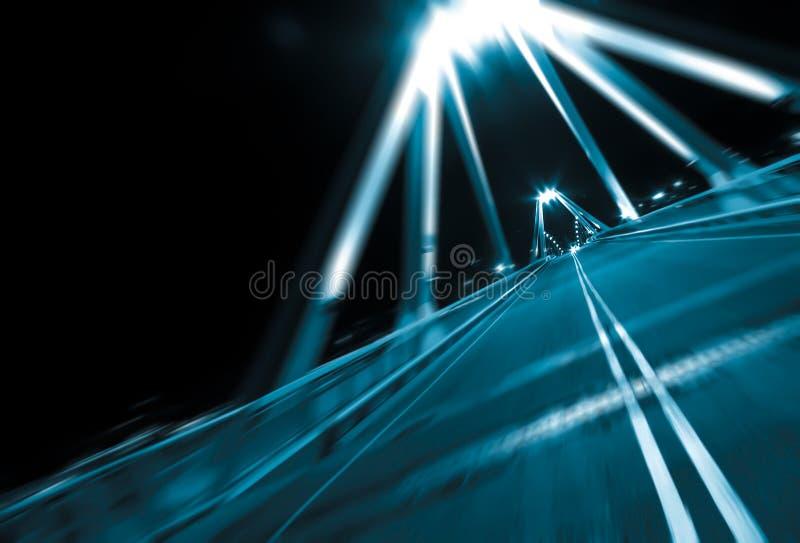 Θαμπάδα κινήσεων που οδηγεί τή νύχτα στη γέφυρα στοκ εικόνες