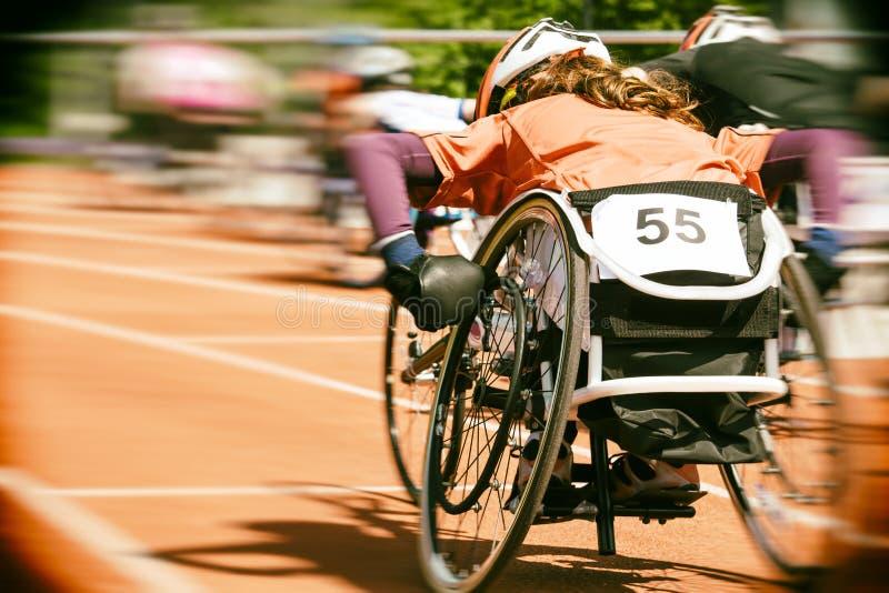 Θαμπάδα κινήσεων φυλών αναπηρικών καρεκλών στοκ εικόνες