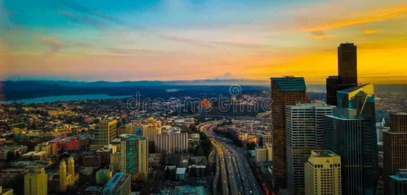 Θαυμάσια άποψη του ηλιοβασιλέματος από τον ορίζοντα του Σιάτλ στοκ φωτογραφίες με δικαίωμα ελεύθερης χρήσης