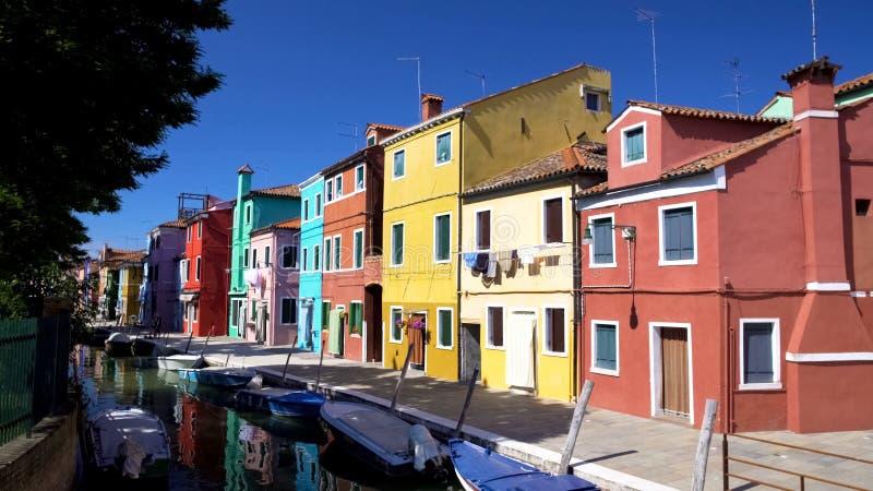 Θαυμάσια άποψη των πολύχρωμων κατοικημένων κτηρίων και του ενετικού καναλιού, Burano στοκ εικόνες