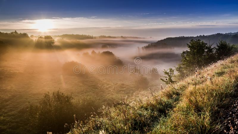 Θαυμάσια ανατολή στην ομιχλώδη κοιλάδα το φθινόπωρο στοκ φωτογραφίες
