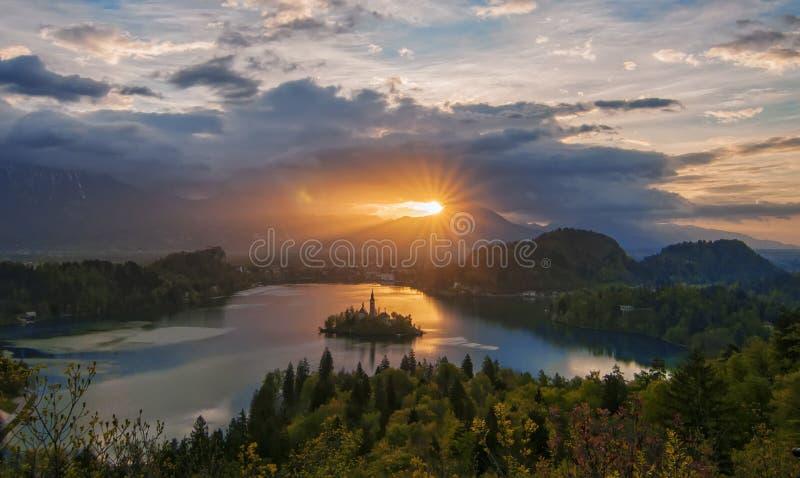 Θαυμάσια ανατολή τη λίμνη που αιμορραγείται πέρα από, Σλοβενία στοκ φωτογραφία