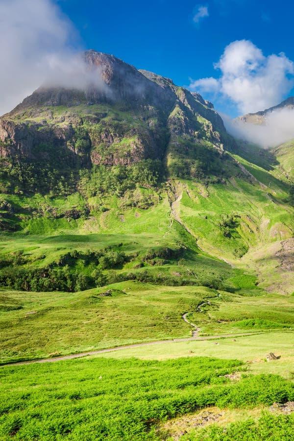 Θαυμάσια βουνά Glencoe στην ανατολή το καλοκαίρι, Σκωτία στοκ εικόνα
