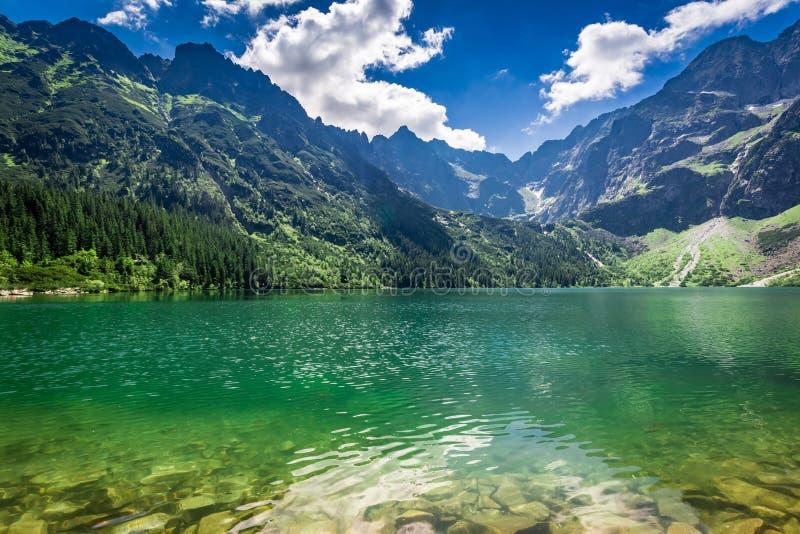 Θαυμάσια λίμνη στα βουνά στην ανατολή, Πολωνία στοκ εικόνες