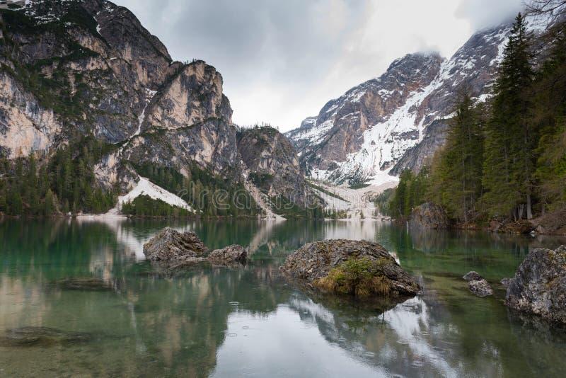 Θαυμάσια λίμνη Lago Di Braies Η σμαραγδένια ομαλή επιφάνεια του νερού απεικονίζει το ξύλο και τα βουνά γύρω στοκ φωτογραφία