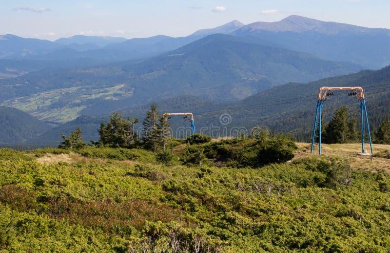 Θαυμάσια πανοραμική άποψη Carpathians των βουνών με τον ανελκυστήρα σκι, Ουκρανία Τοποθετήστε Hoverla με τον αειθαλή ανελκυστήρα  στοκ εικόνες με δικαίωμα ελεύθερης χρήσης