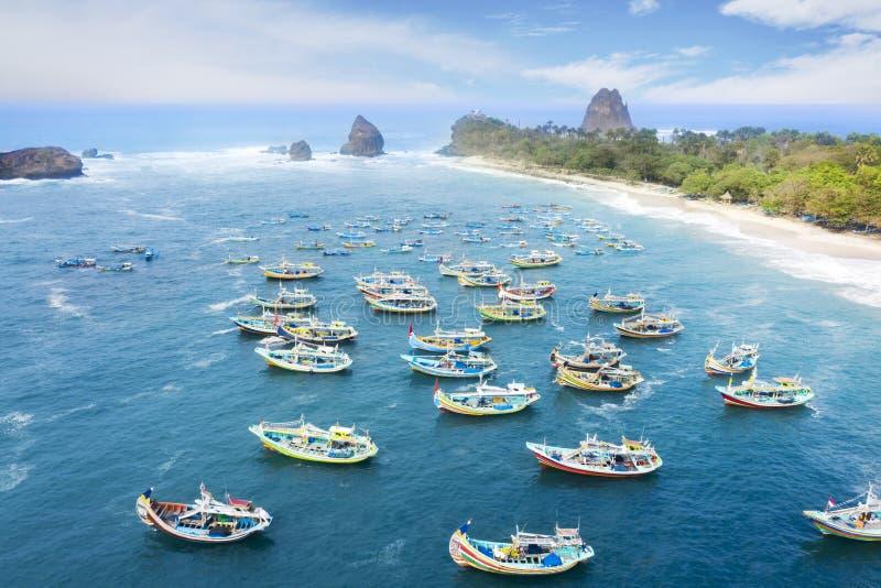 Θαυμάσια παραλία Papuma με τα αλιευτικά σκάφη στοκ εικόνες