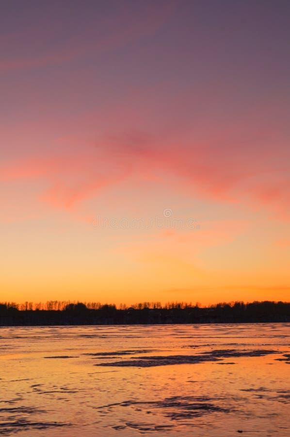 Θαυμάσια δραματική σκηνή φανταστικό ομιχλώδες sunrisel στοκ φωτογραφία