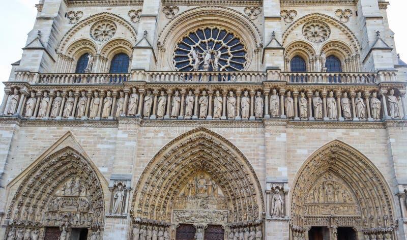 Θαυμάσιες γλυπτικές και αρχιτεκτονικές λεπτομέρειες του καθεδρικού ναού της Notre Dame στο Παρίσι Γαλλία στοκ εικόνα με δικαίωμα ελεύθερης χρήσης