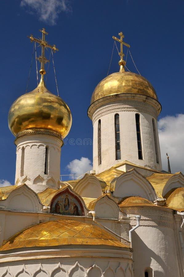 Θαυμάσιοι χρυσοί θόλοι των ιερών εκκλησιών (Sergiyev Posad) στοκ φωτογραφίες