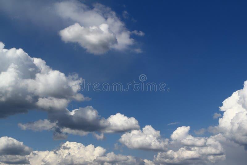 Θαυμάσιος ζωηρόχρωμος νεφελώδης ουρανός σωρειτών για τη χρησιμοποίηση στο σχέδιο ως υπόβαθρο στοκ εικόνα