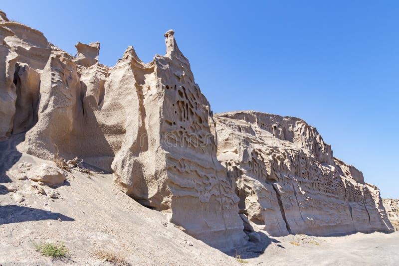 Θαυμάσιος πώς η διάβρωση και η θάλασσα έχουν μετασχηματίσει τους βράχους στα αληθινά έργα της τέχνης σε Perissa, Santorini, Ελλάδ στοκ εικόνα με δικαίωμα ελεύθερης χρήσης