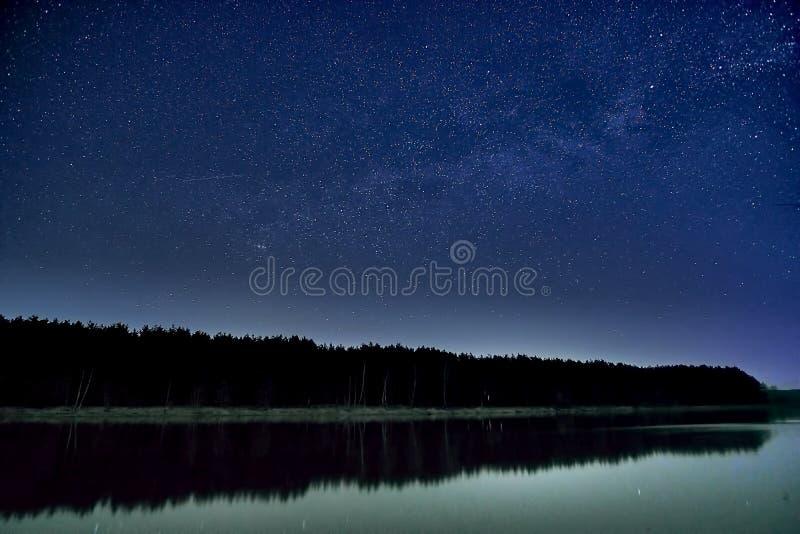 Θαυμάσιος όμορφος νυχτερινός ουρανός γεμάτος αστέρια με γαλαξία πάνω από το ποτάμι και το δάσος σε μια διαφανή νύχτα του Απριλίου στοκ εικόνες με δικαίωμα ελεύθερης χρήσης