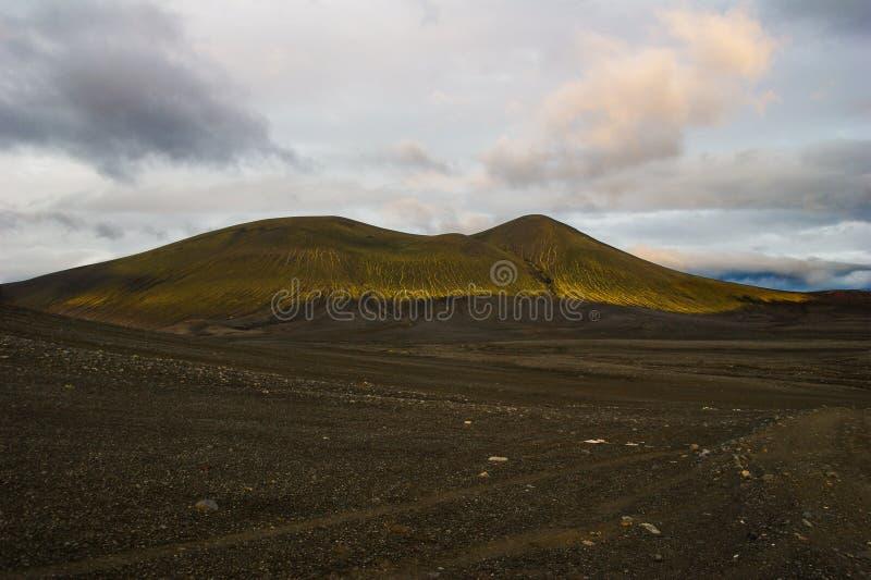 Θαυμάσιο ηφαιστειακό τοπίο στο δρόμο σε Landmannalaugar, Ισλανδία Μαύρη ηφαιστειακή τέφρα που καλύπτεται από τα πράσινα βρύα στοκ φωτογραφία με δικαίωμα ελεύθερης χρήσης