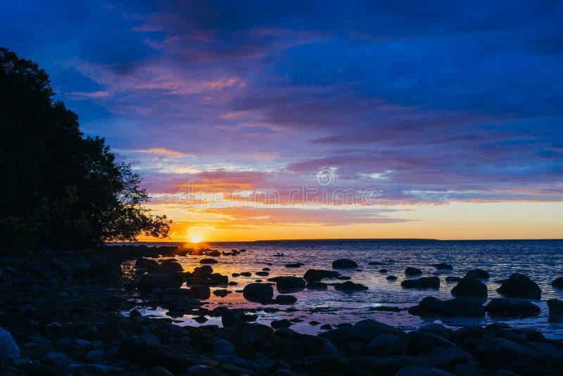 Θαυμάσιο ηλιοβασίλεμα πέρα από την πετρώδη ακτή της θάλασσας της Βαλτικής στοκ εικόνες